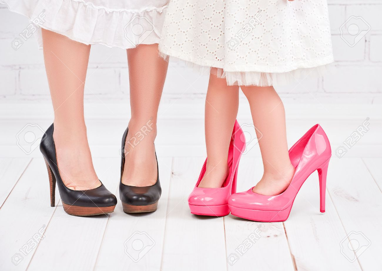 mejor servicio ba1f5 94797 Piernas madre y su hija pequeña fashionista niña en zapatos de color rosa  en tacones altos