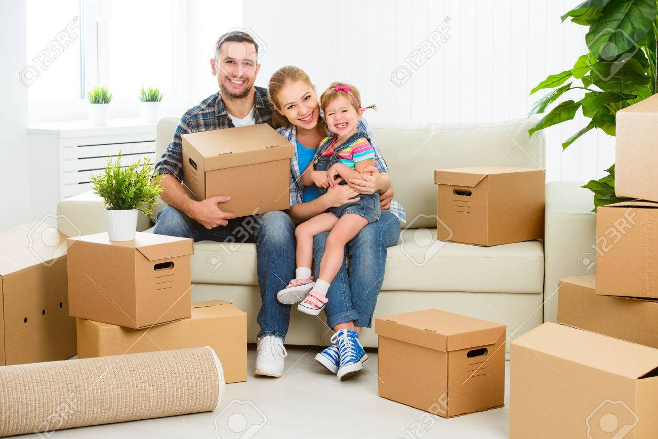 Umzug In Ein Neues Zuhause. Glückliche Familie Mit Kartons ...