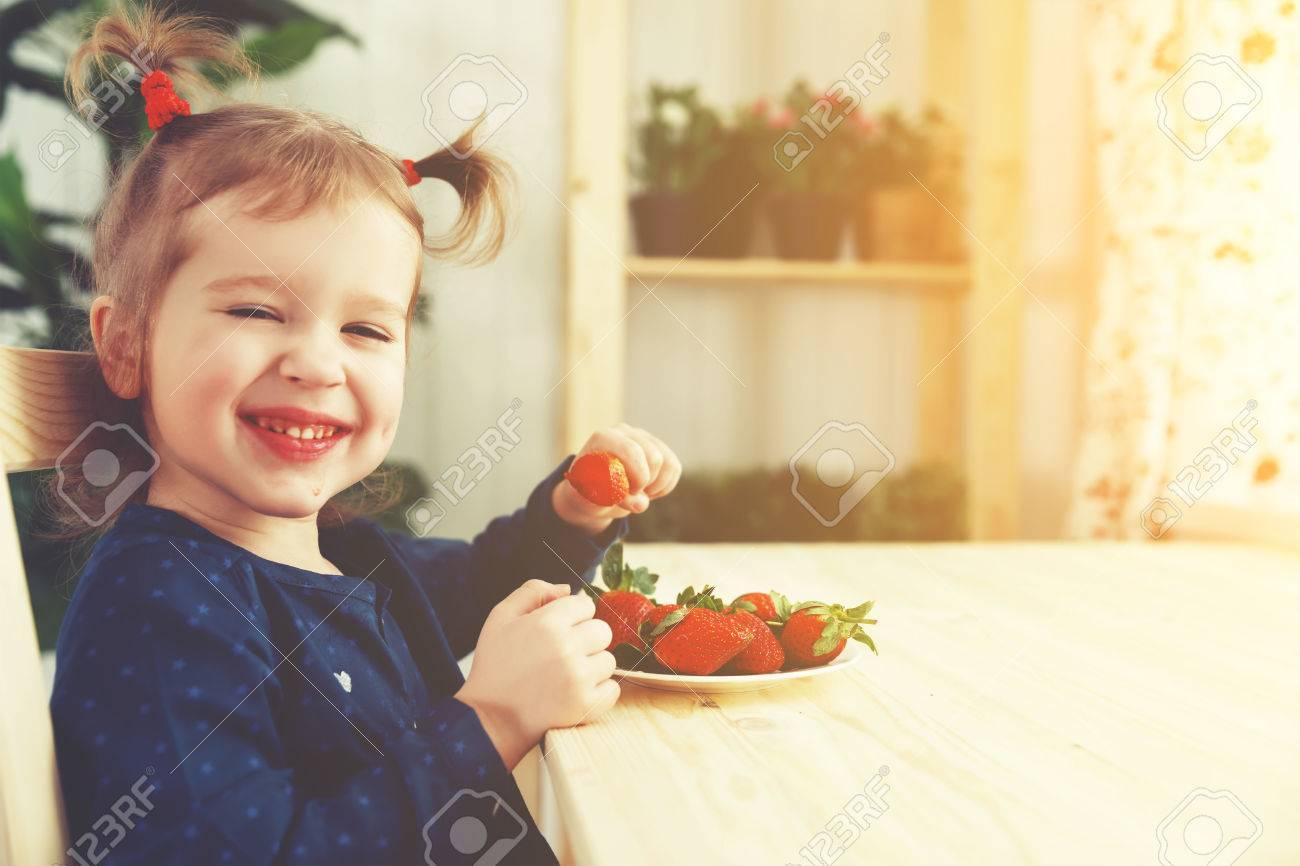 Sommerküche Für Kinder : Glückliches kind mädchen isst erdbeeren im sommer küche zu hause
