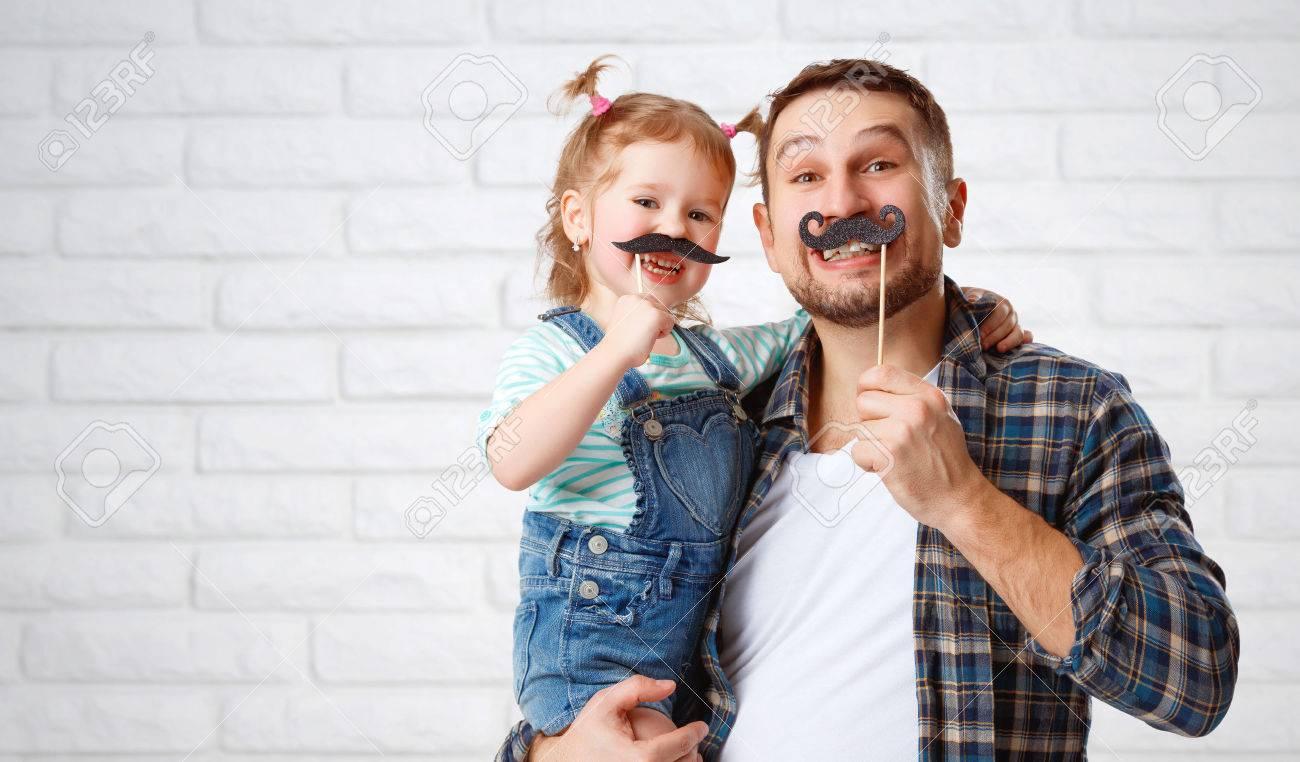 divertido padre de familia y su hija niño con un bigote Foto de archivo - 53084630