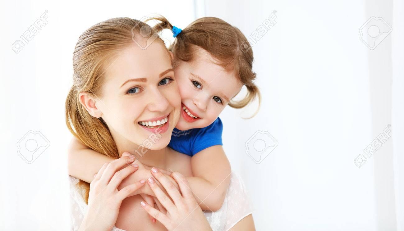 Amante de la familia feliz. la madre y el niño de la muchacha riendo y abrazando Foto de archivo - 55645269