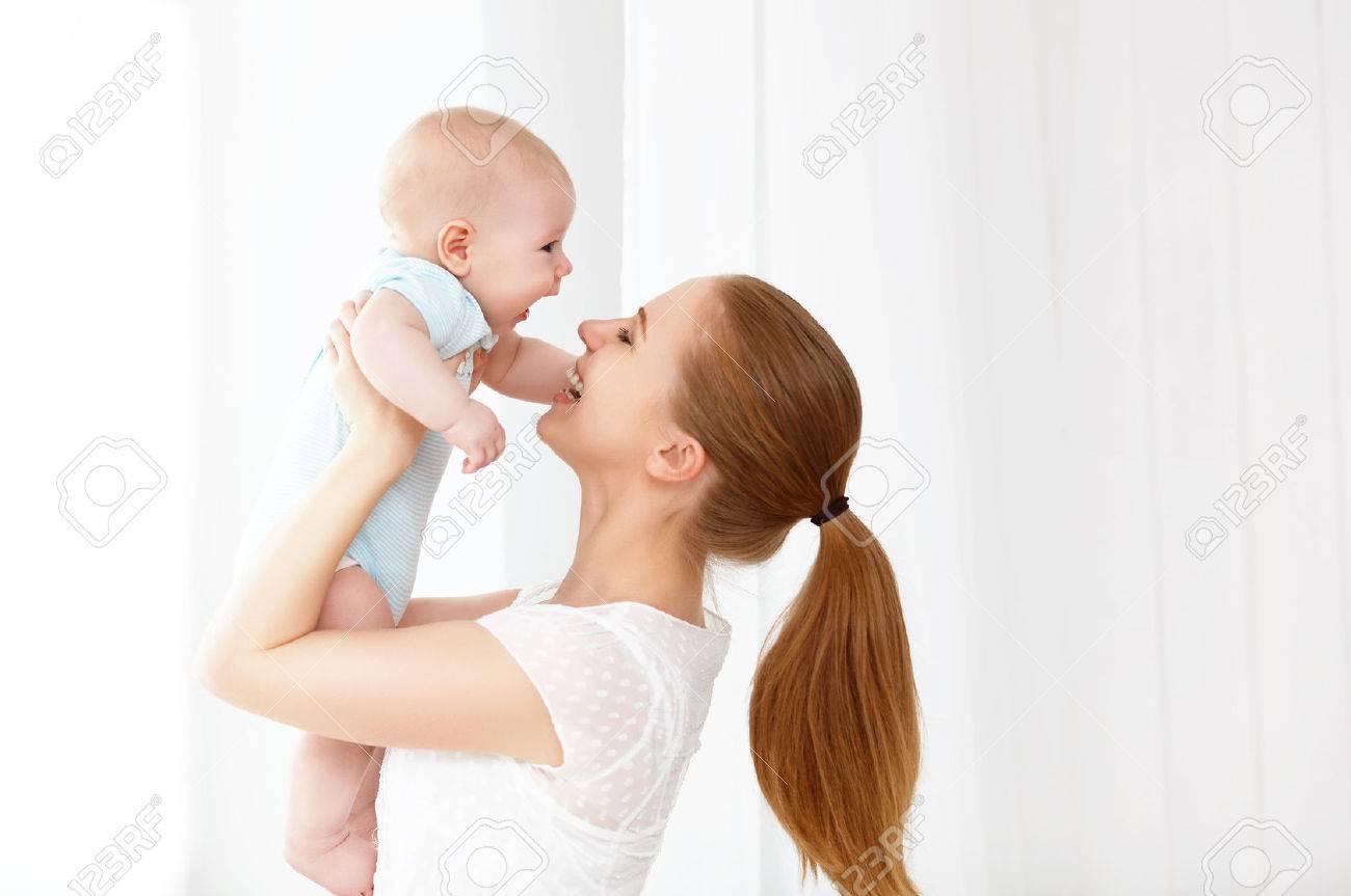 madre feliz familia jugando con el bebé recién nacido Foto de archivo - 56753236