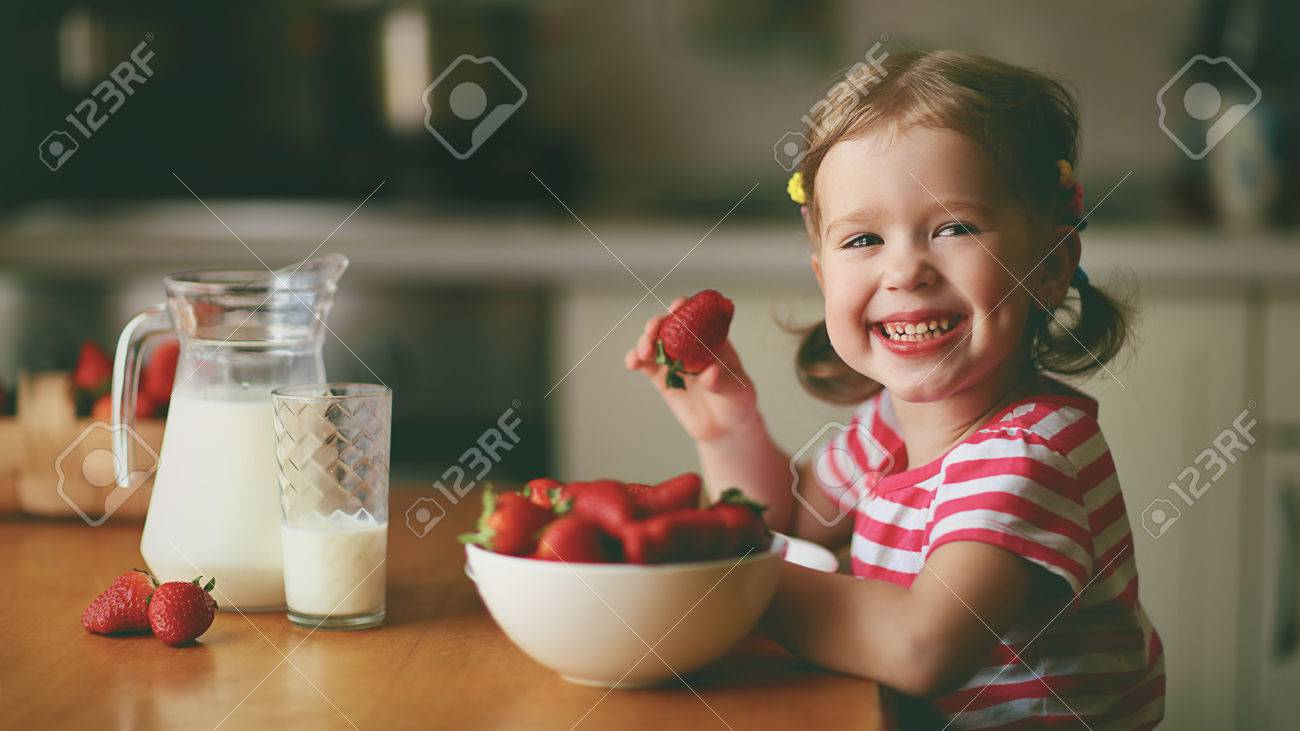 Sommerküche Für Kinder : Sommerküche für kinder: junge mütter mit ihren geliebten kindern im