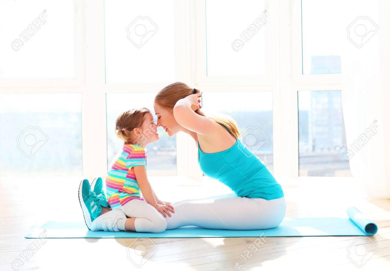 madre e hija de la familia niño están comprometidos en el fitness, yoga, ejercicio en casa Foto de archivo - 57835739
