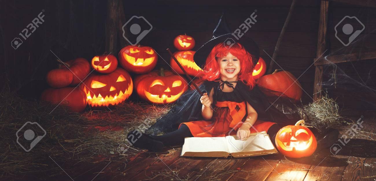 Halloween Enfant Petite Sorciere Avec De La Citrouille Jack Et Livre Magique De Sorts Dans La Vieille Cabane