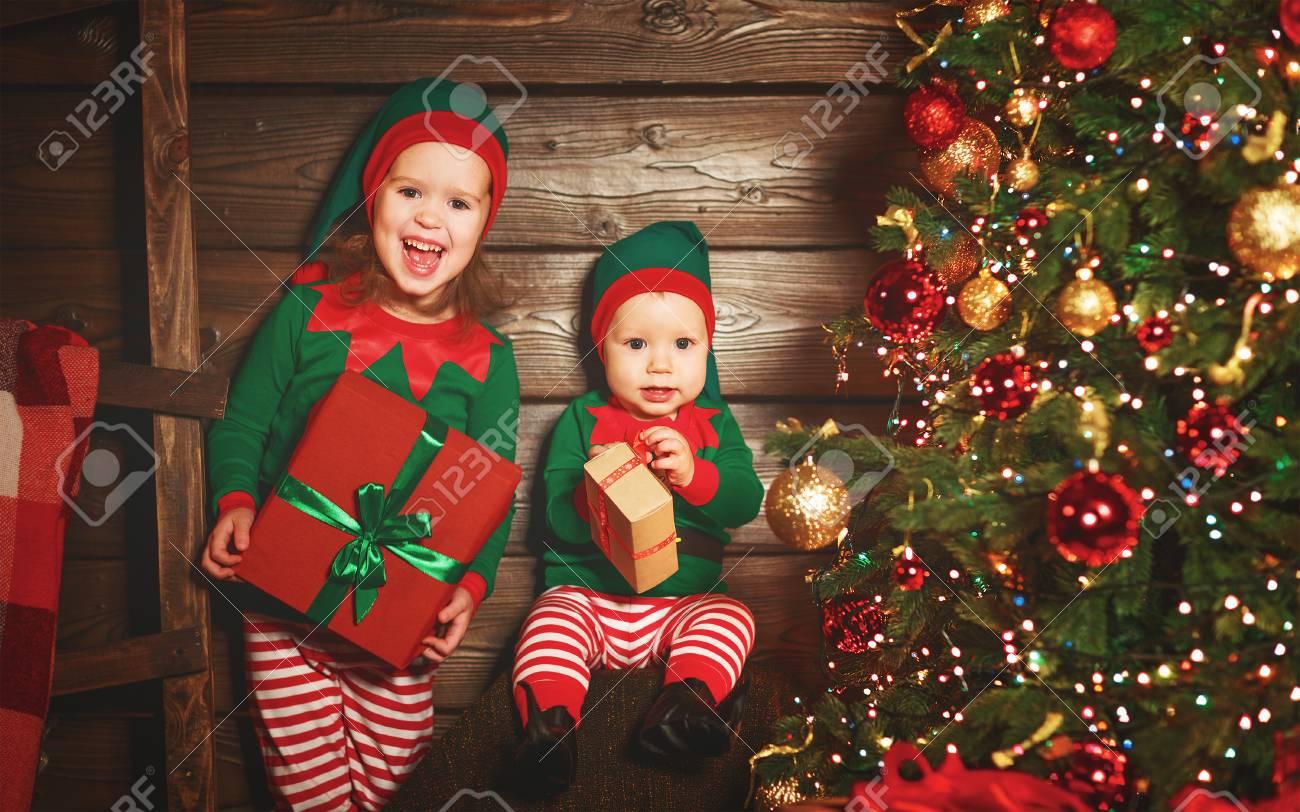 Glückliche Kinder Bruder Und Schwester Elf, Helfer Von Santa Mit ...