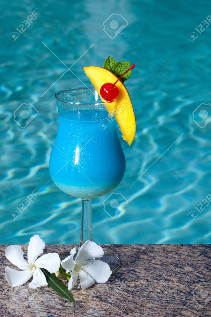 Swimming pool cocktail  Glas Von Blue Hawaiian Cocktail Auf Swimmingpool Seite Garniert ...