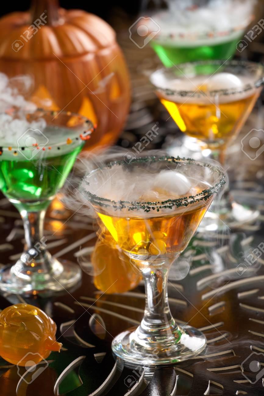 Closeup Of Witch Blut Martini, Wodka, Gin, Wermut, Und Schnaps ...