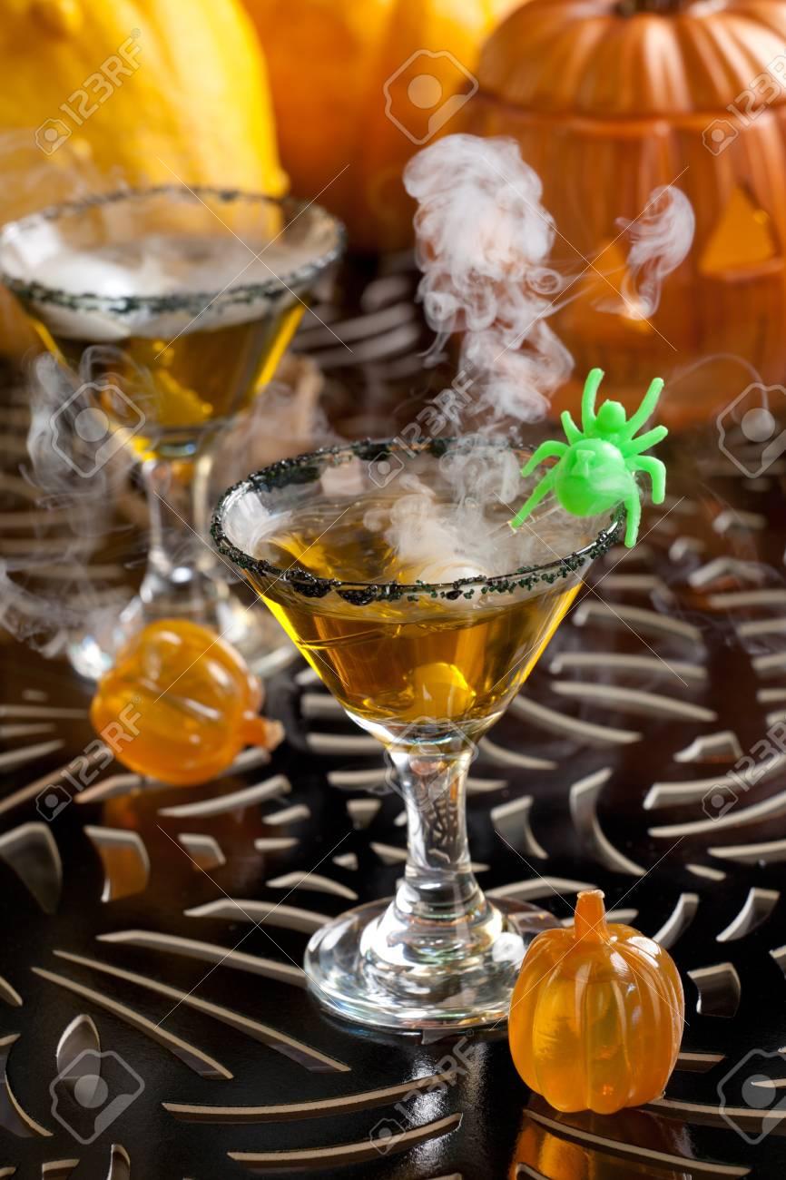 Closeup Of Witch Blood Martini, Wodka, Gin, Wermut, Und Schnaps ...
