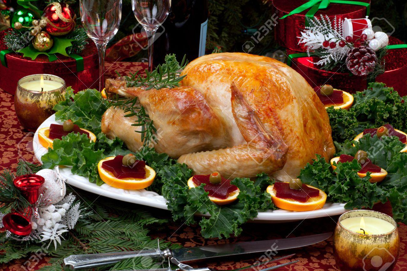 navidad decorado con mesa de fiesta los regalos el pavo asado velas