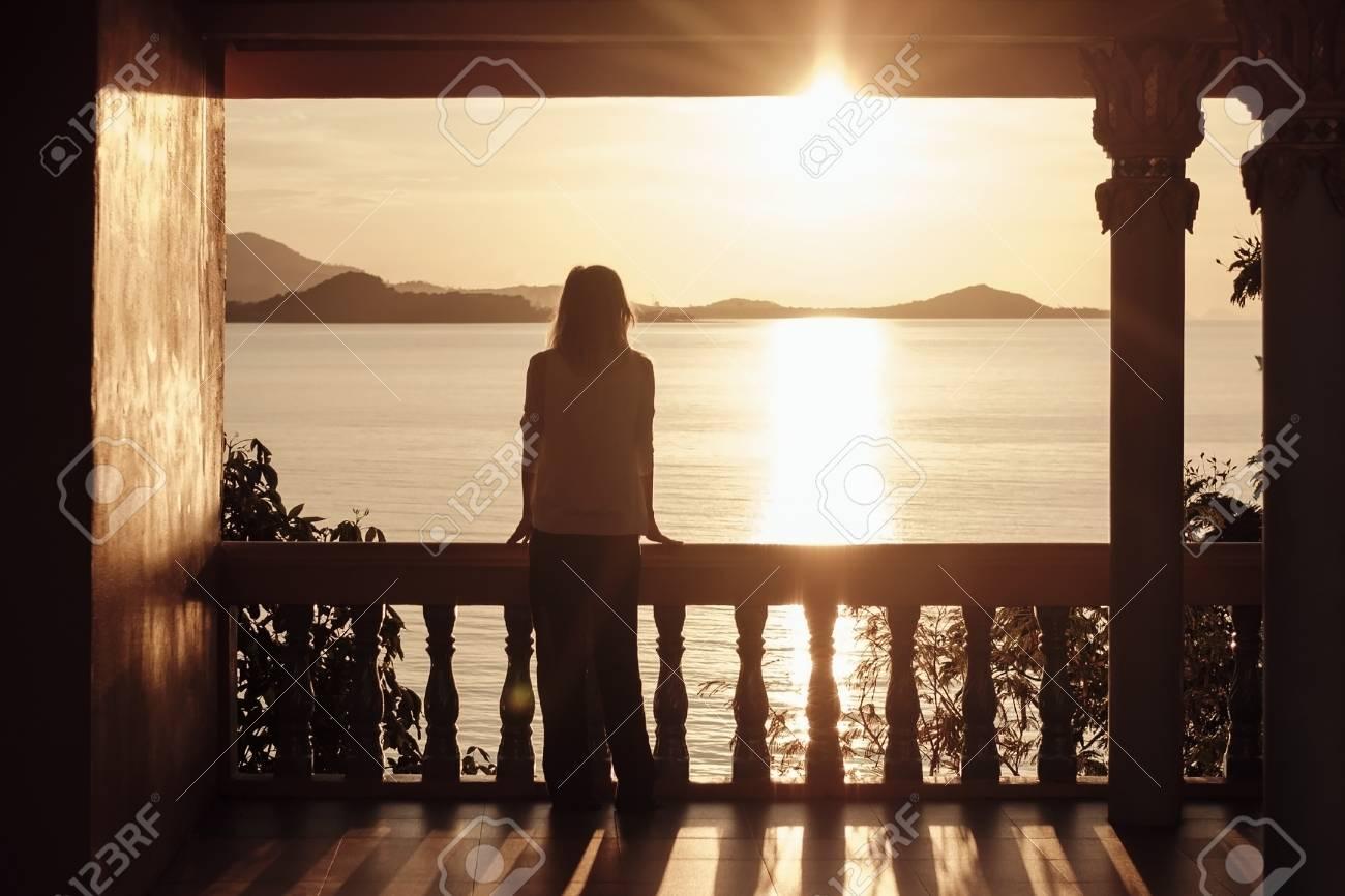 La Muchacha Se Está Colocando En La Terraza Y Admira El Sol Poniente Paisaje Marino Tailandia
