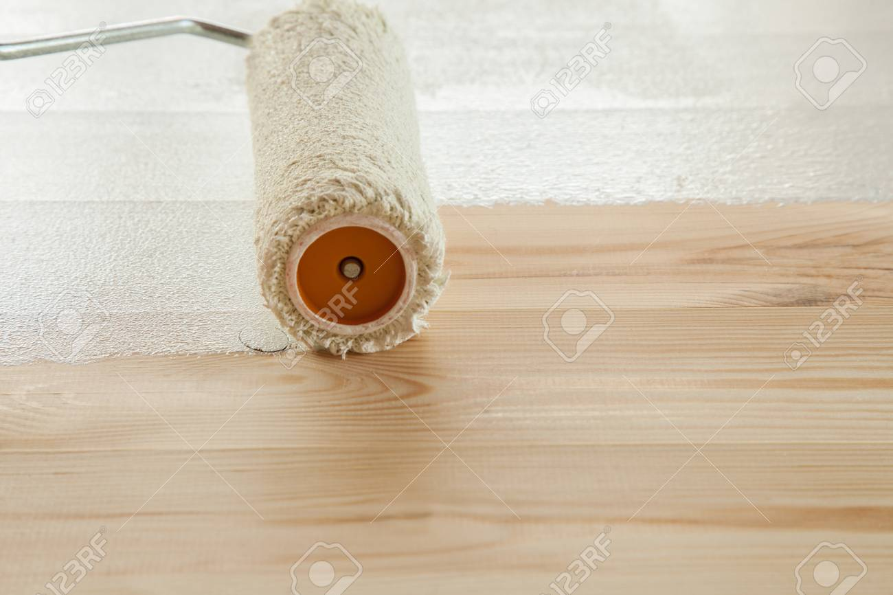 Holzfußboden Lackieren ~ Rollerfarben weiß lackieren einen frischen holzboden lizenzfreie