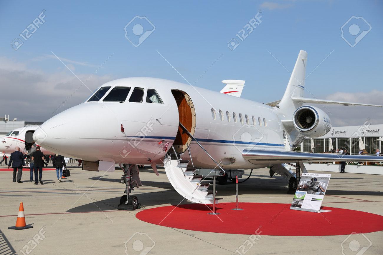 ISTANBUL, TURQUIE - 8 OCTOBRE 2016: Vitrines Dassault Falcon 2000LX au  salon aéronautique d\'Istanbul. Le salon aéronautique de l\'aéroport Atatürk  ...