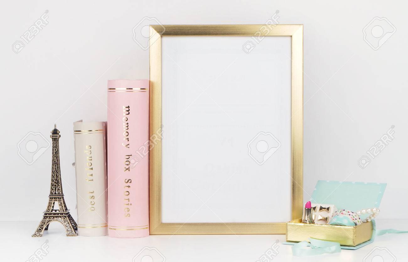 Gold Bilderrahmen Mit Dekorationen. Mock Up Für Ihr Foto Oder Text ...