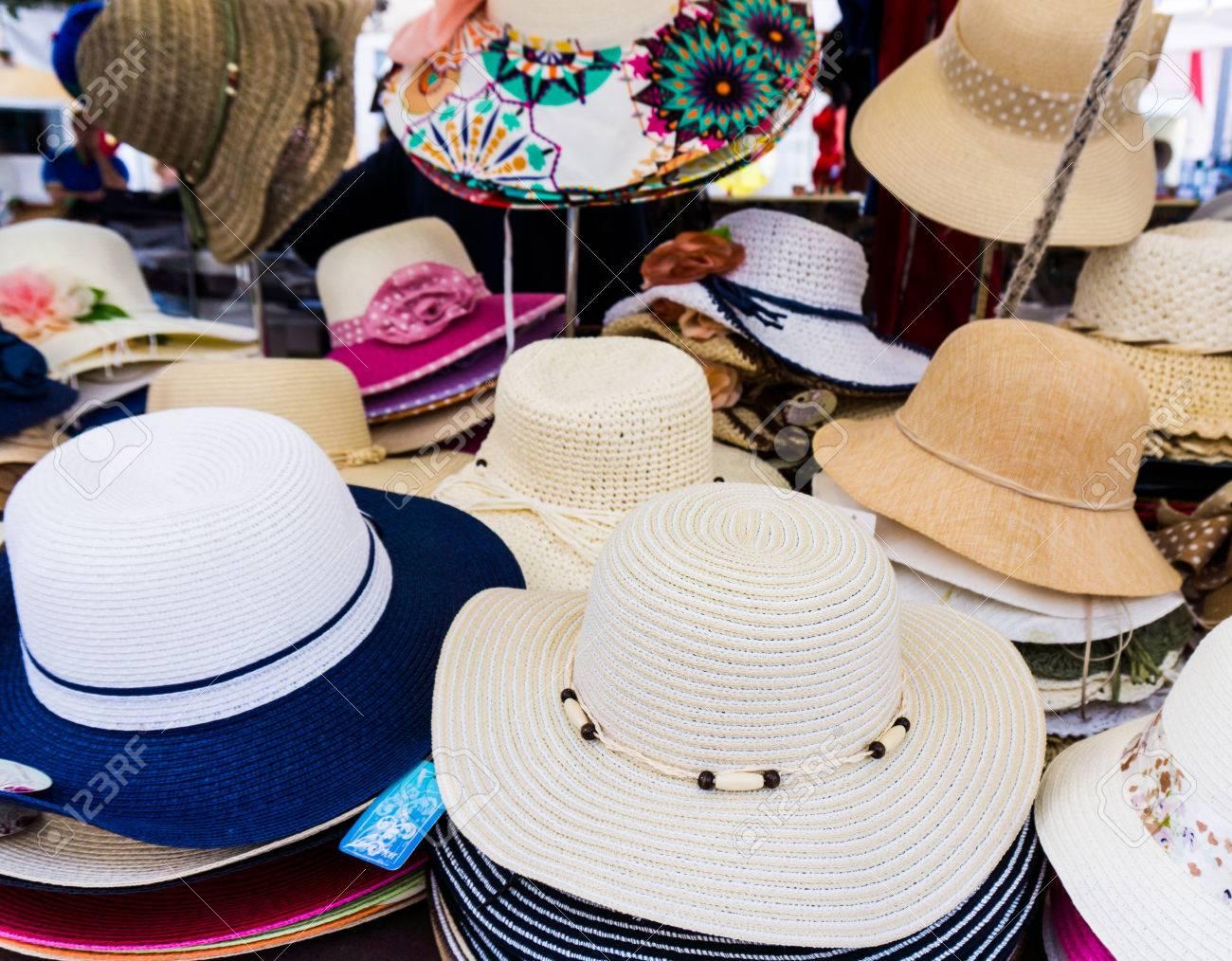 Foto de archivo - Hecho a mano Sombreros de Panamá para la venta. Los  sombreros de Panamá para la venta en un puesto del mercado. estancar  sombreros de paja f2a74ff8202