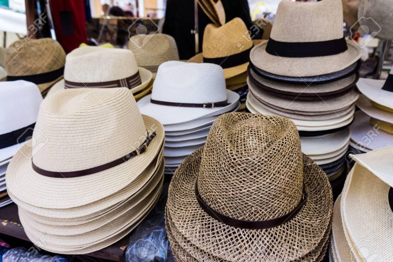 Foto de archivo - Hecho a mano Sombreros de Panamá para la venta. Los  sombreros de Panamá para la venta en un puesto del mercado. sombreros de  paja establo a7387890373