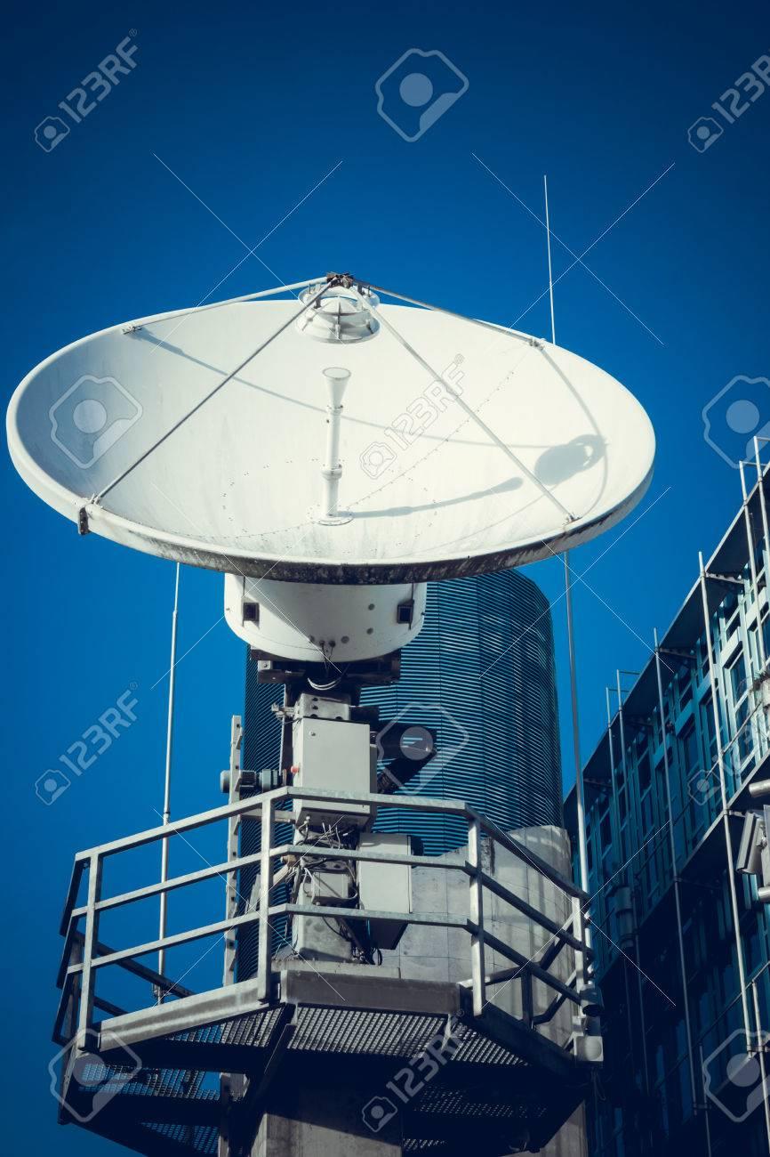 antenne parabolique. satellite de télécommunications banque d'images
