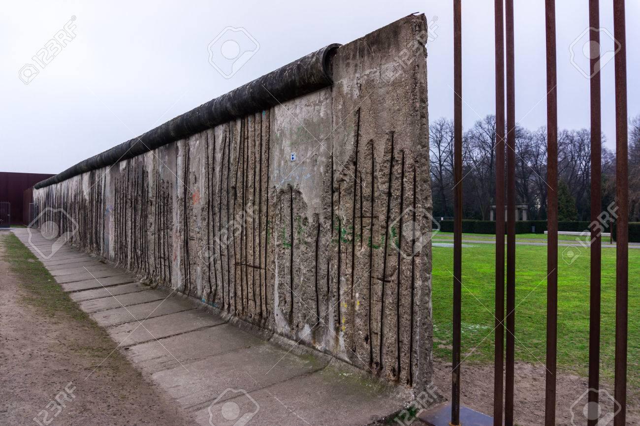Die Berliner Mauer Gedenkstatte Berliner Mauer In Der Bernauer Strasse Lizenzfreie Fotos Bilder Und Stock Fotografie Image 42302589