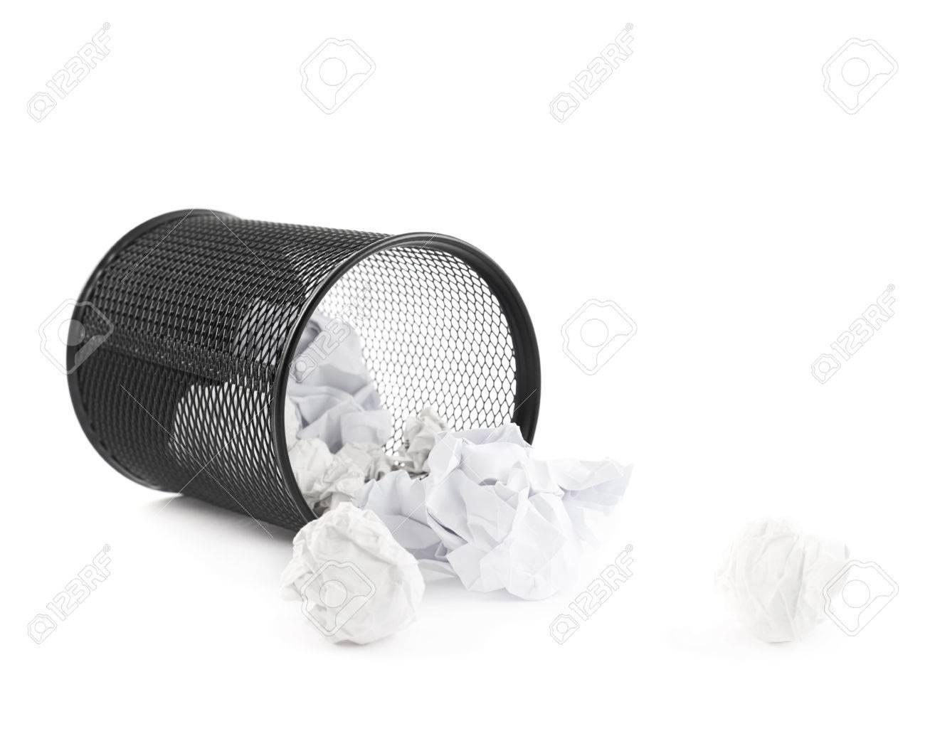 Le papier de bureau poubelle noir bin couché sur le côté à côté