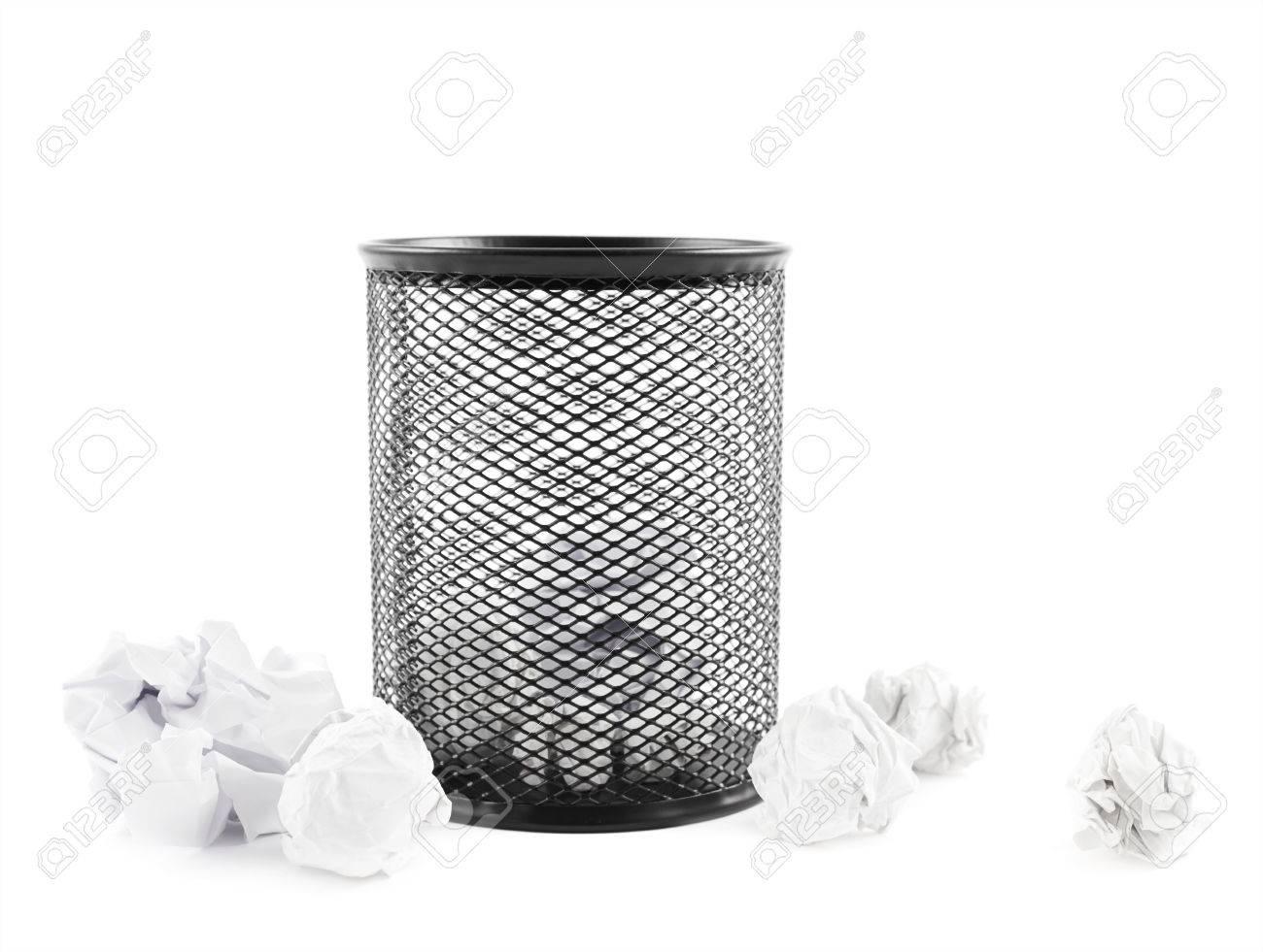 Le papier de bureau poubelle noir bin à côté du papier froissé