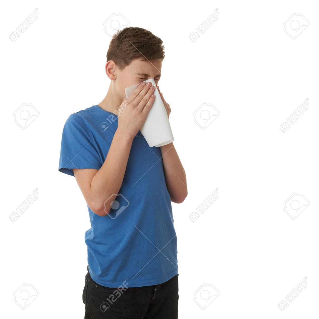 prix de détail inégale en performance styles classiques Garçon mignon adolescent en T-shirt bleu avec mouchoir sur fond blanc  isolé, moitié du corps, notion de maladie