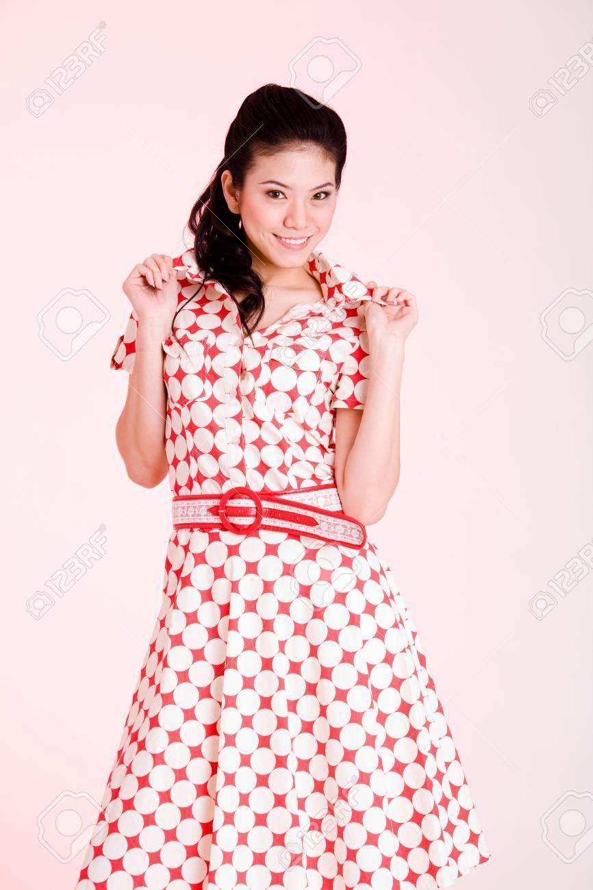 gran descuento colores armoniosos envío complementario Niña en un vestido rojo con puntos blancos con un expresivo rostro y el  gesto