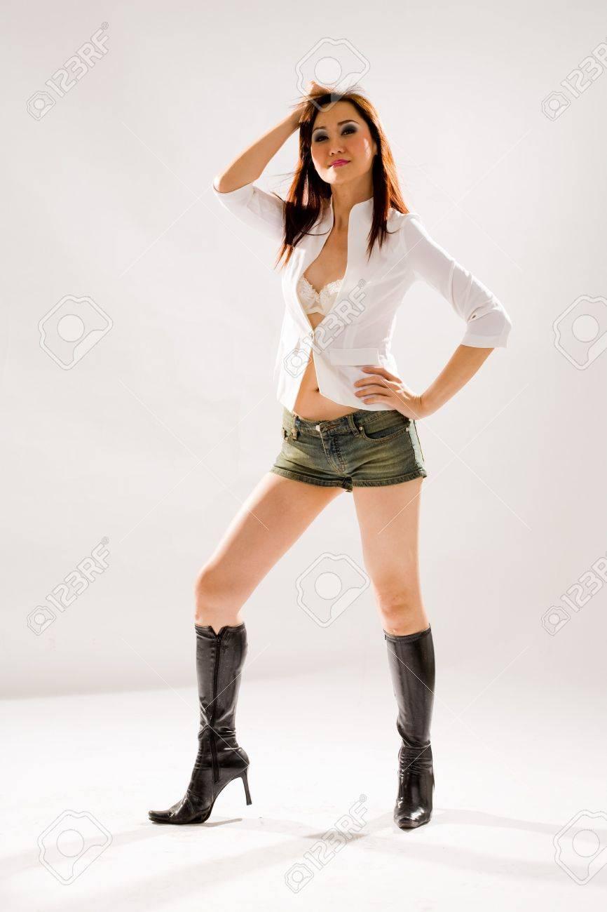 025f07ff2aa0 Muy sexy mujer valiente en jeans ajustados pantalones cortos y botas altas