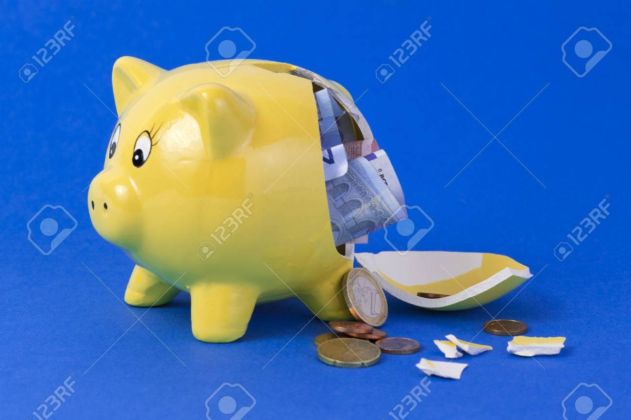 Yellow Gebrochen Sparschwein Die Euro Scheine Und Münzen Auf Blauem