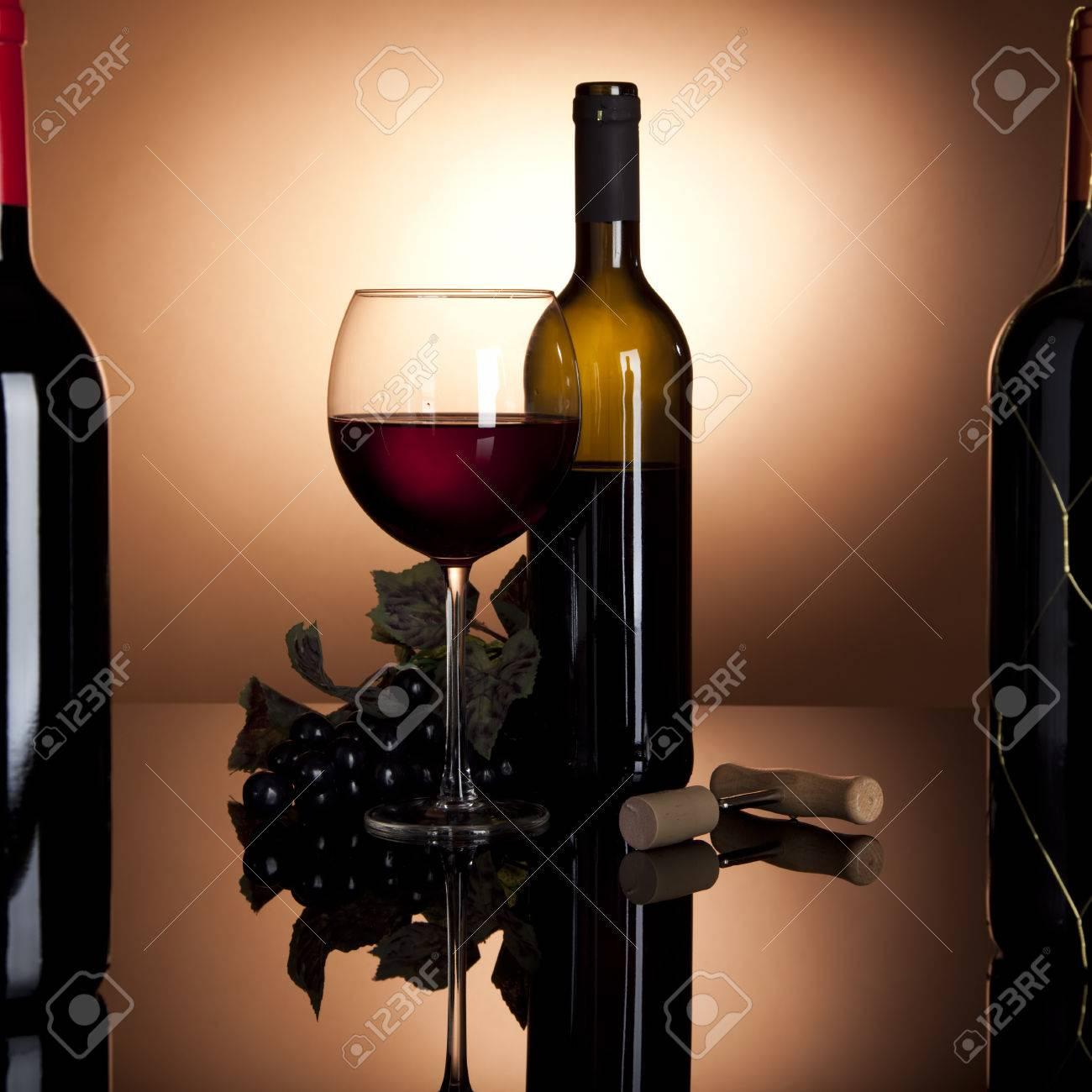 Glas Rotwein Mit Flasche Geöffnet Und Schwarzen Trauben, Um Zwei ...
