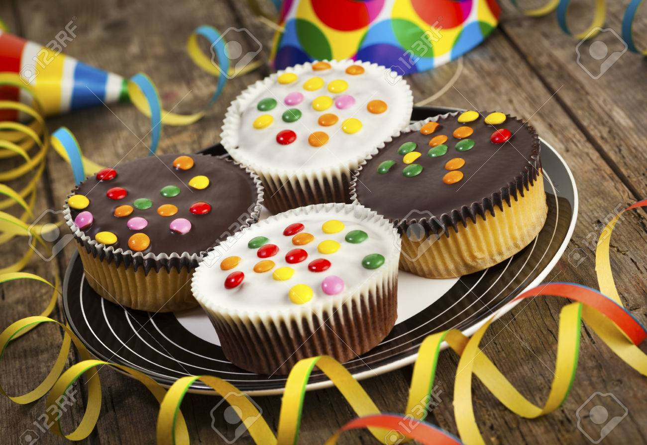 Vier Cupcakes Mit Dunkle Und Weisse Schokolade Zuckerguss Und
