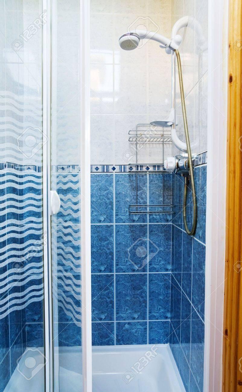Moderne Duschkabine Mit Glastüren In Blau Und Weiß Lizenzfreie Fotos