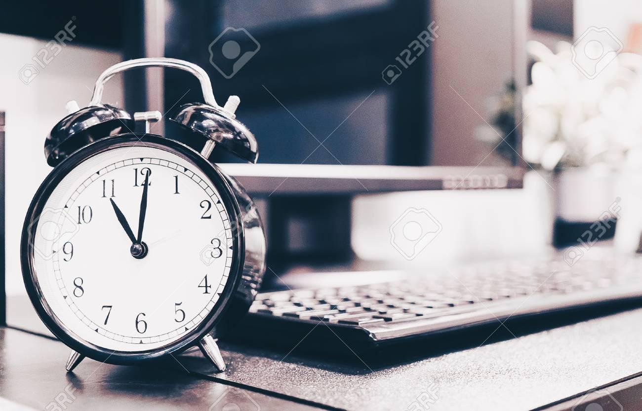 コンピューター デスクトップ Pc 背景 レトロなヴィンテージトーン フィルター効果とビンテージの目覚まし時計 の写真素材 画像素材 Image