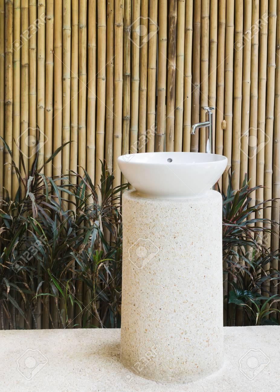 Idée de la décoration de la maison vasque en céramique extérieure et  robinet sur fond de mur de bambou dans le jardin