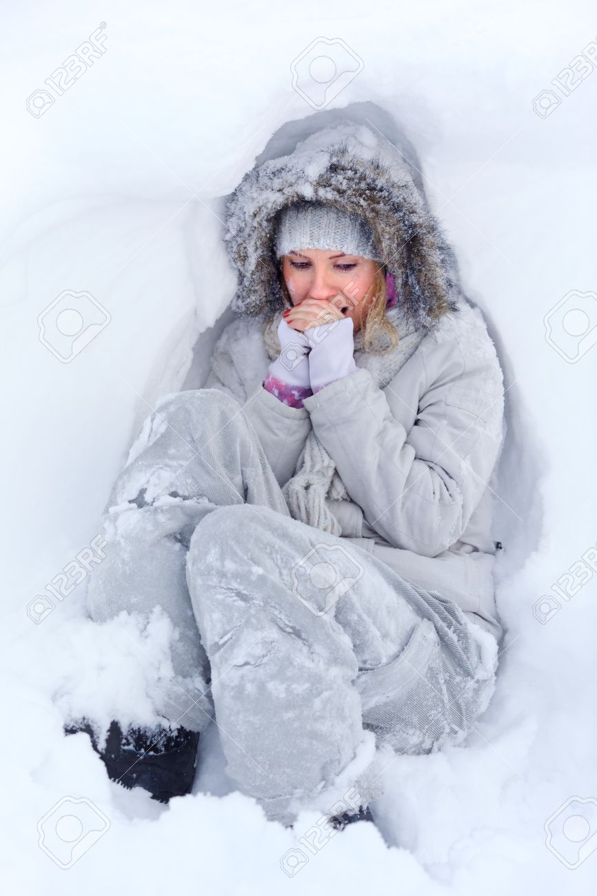 Danas se osećam... - Page 30 11477101-Beautiful-young-woman-in-white-winter-clothes-lying-in-the-snow-and-freezing-Warms-your-breath-their-Stock-Photo