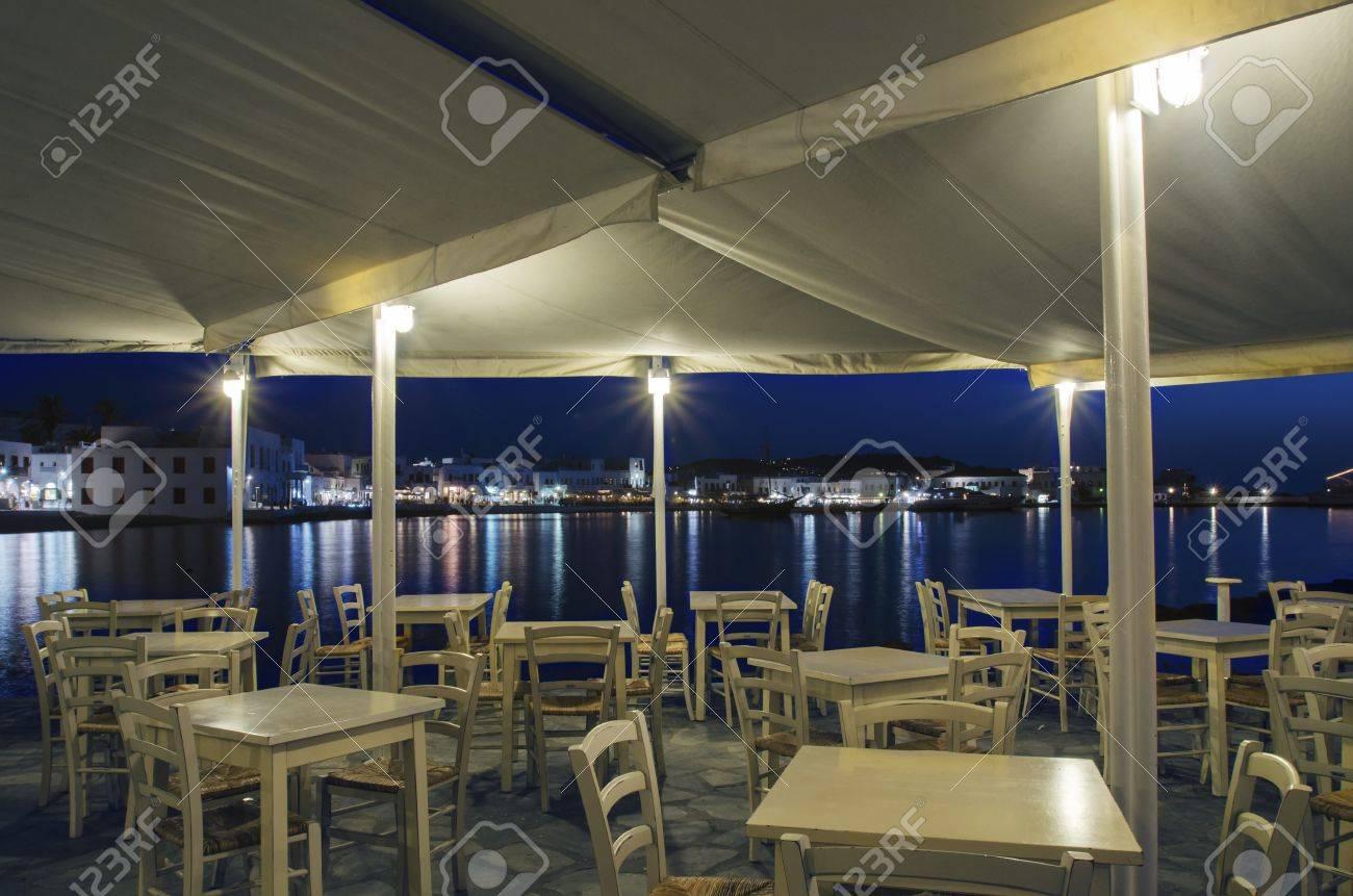 Veduta notturna di chora e dal porto di mykonos in grecia. città