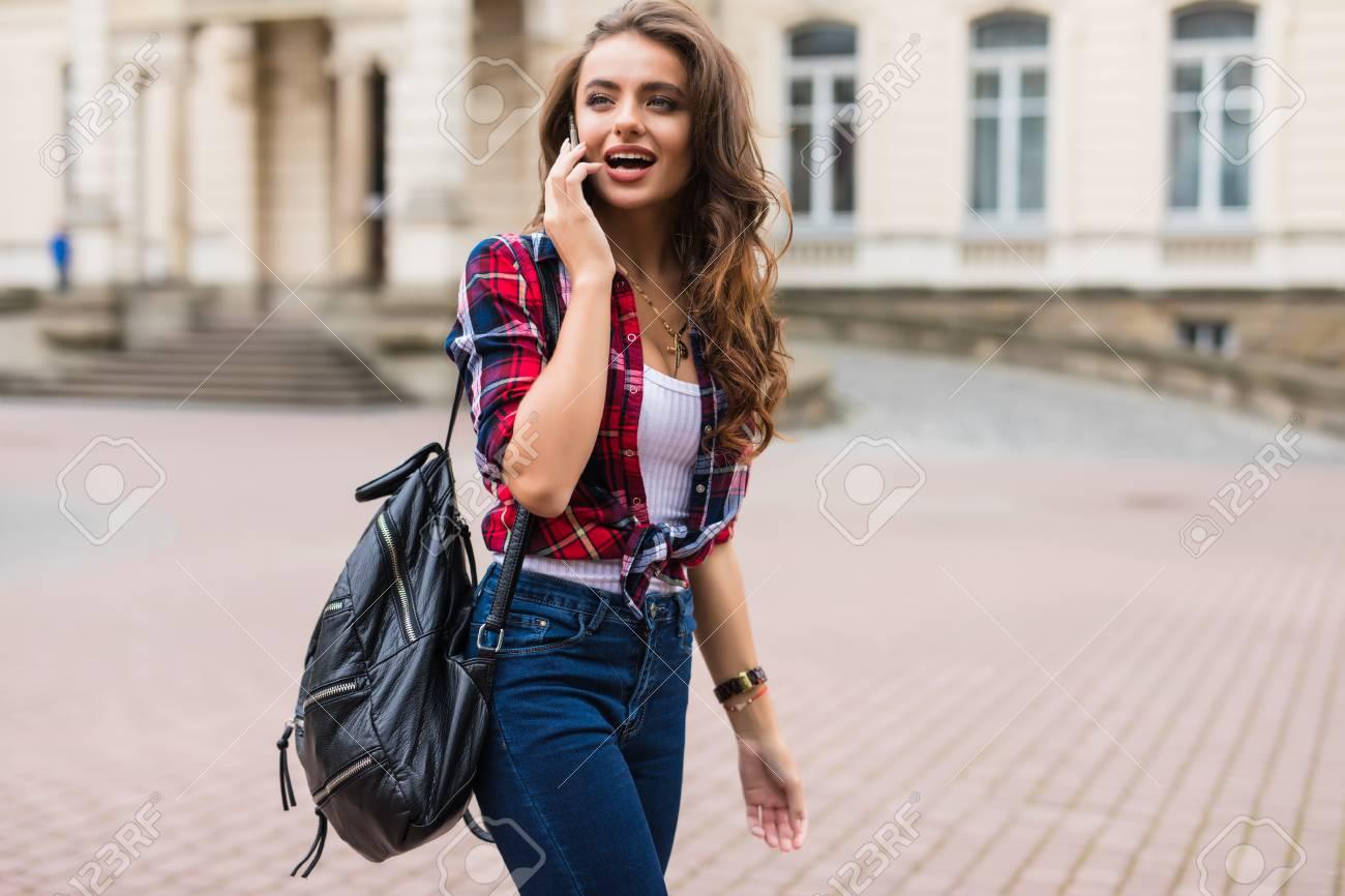 Archivio Fotografico - La giovane donna si è vestita in abiti sportivi con  lo Smart Phone che viaggia nella vecchia città e7cce4e1377