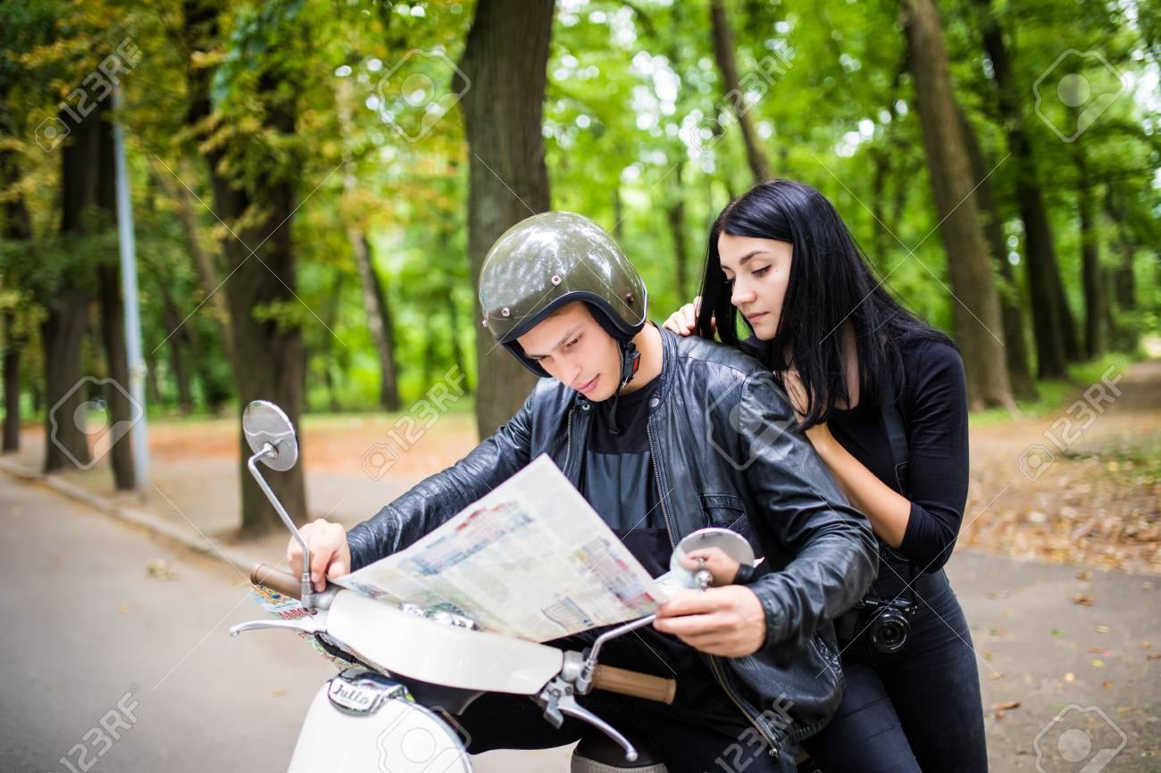 amorosa mapa Imagen De Joven Feliz Pareja Amorosa Celebración Mapa Al Aire  amorosa mapa