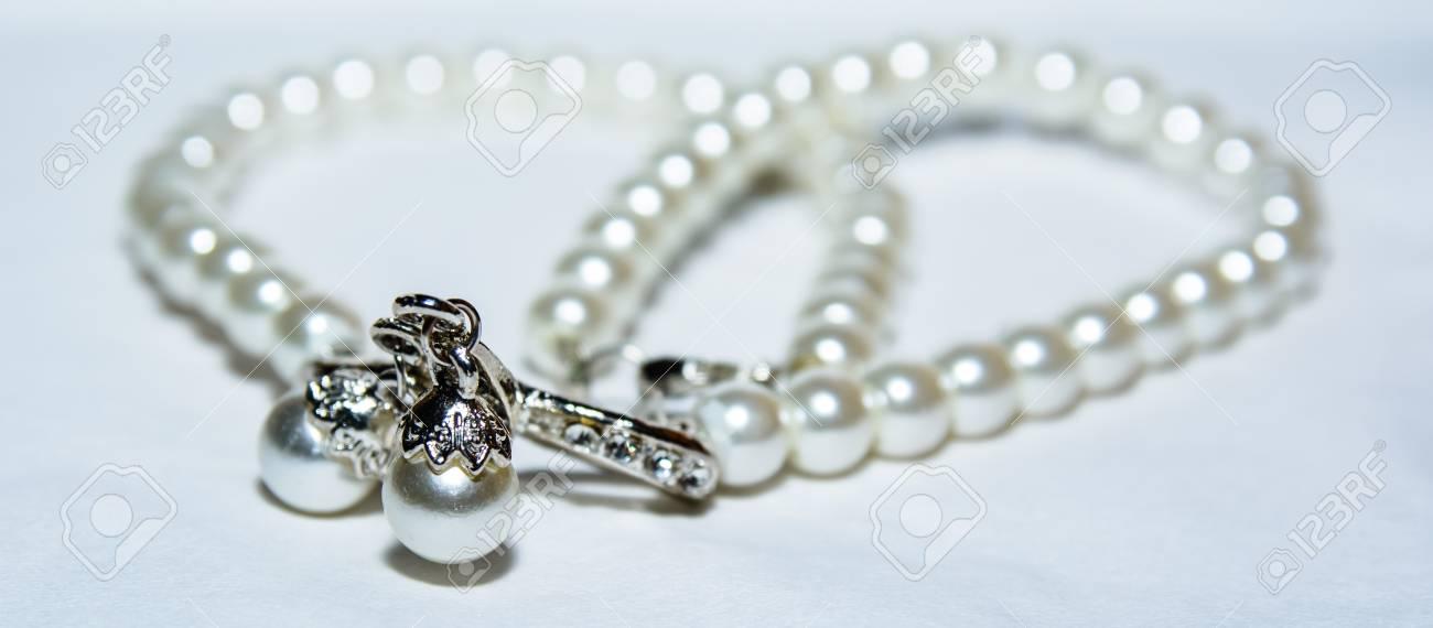 f75045f50dd0 Foto de archivo - Un collar de perlas preciosas para las niñas