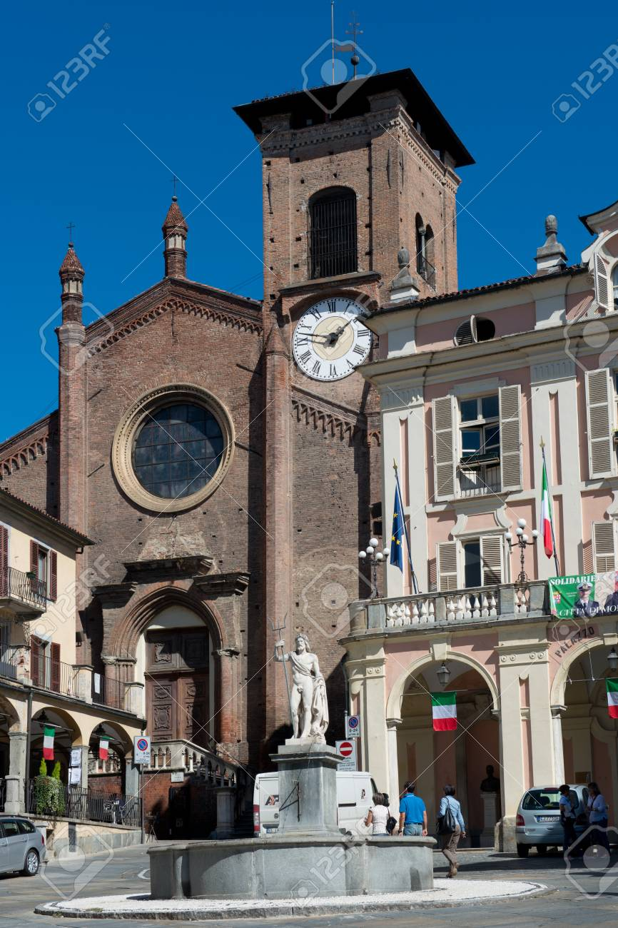 The main square of the village of Moncalieri, near Torino in Piedmont. - 31934182