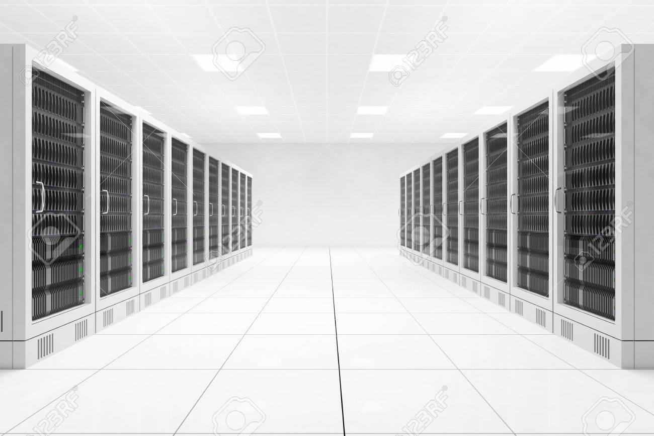 ホワイト ルーム内のコンピューターの 2 つの行を持つデータ センター ...