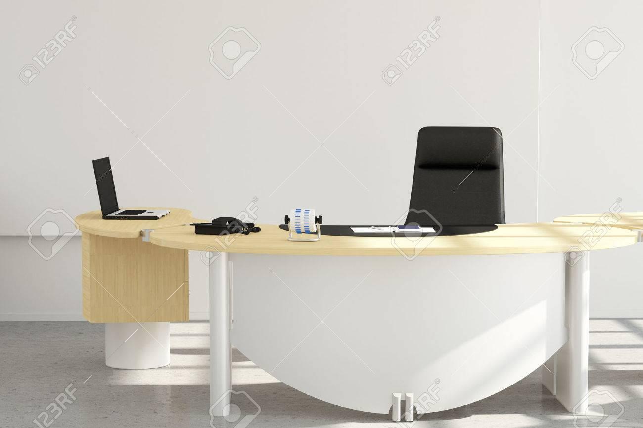 Bureau Professionnel De Pres Avec Une Chaise Et Un Ordinateur