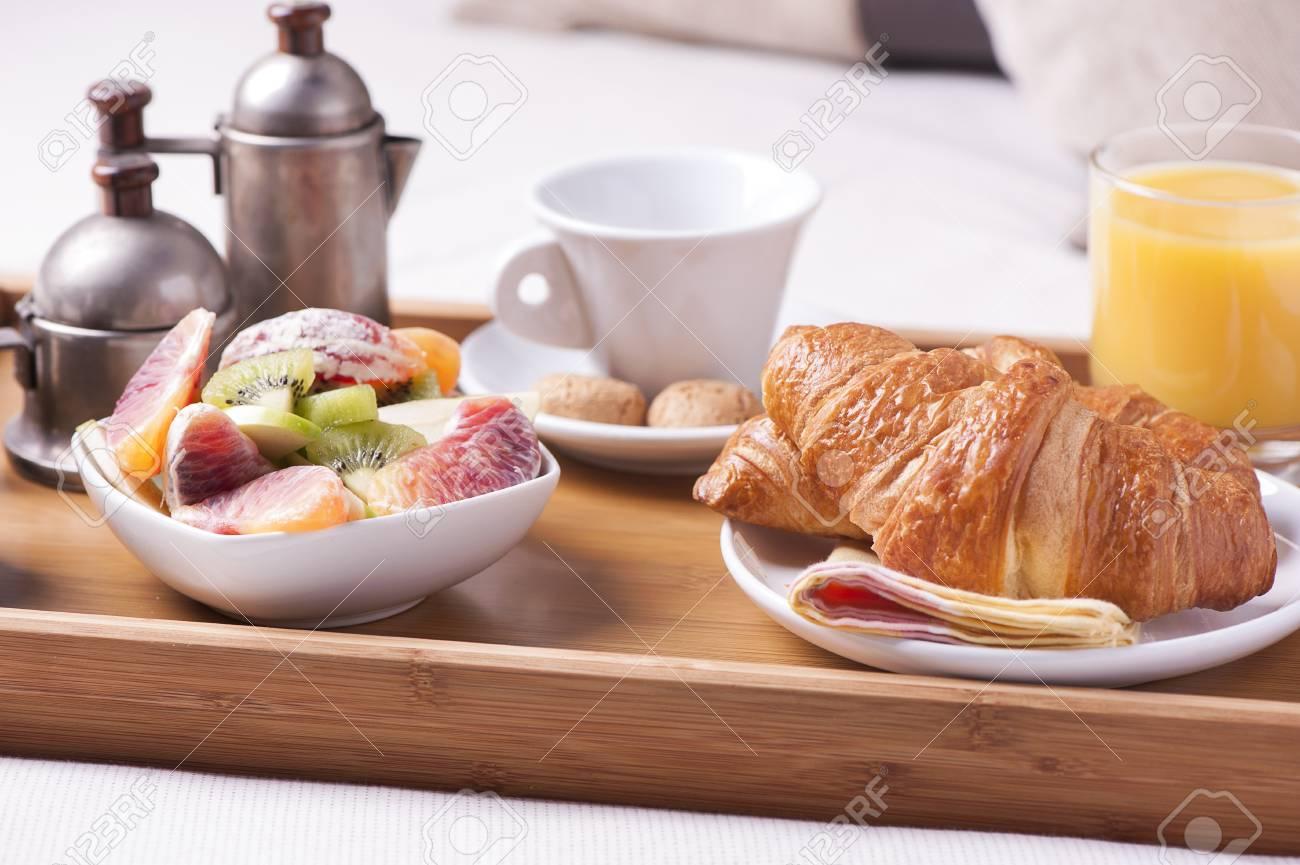 https://previews.123rf.com/images/fabiobalbi/fabiobalbi1602/fabiobalbi160200068/53163613-petit-d%C3%A9jeuner-au-lit-plateau-avec-caf%C3%A9-croissants-et-fruits.jpg