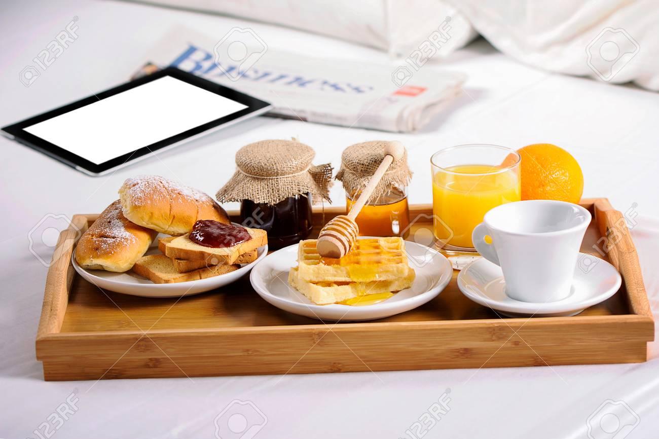 Tavolino Colazione A Letto.Colazione A Letto Vassoio Con Caffe Croissant E Frutta