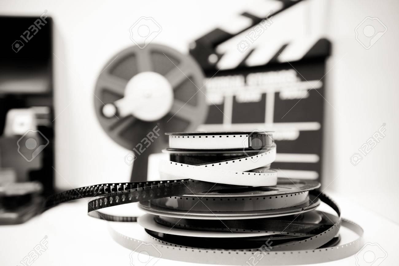 Un 8mm bureau dédition de film vintage en noir et blanc avec des