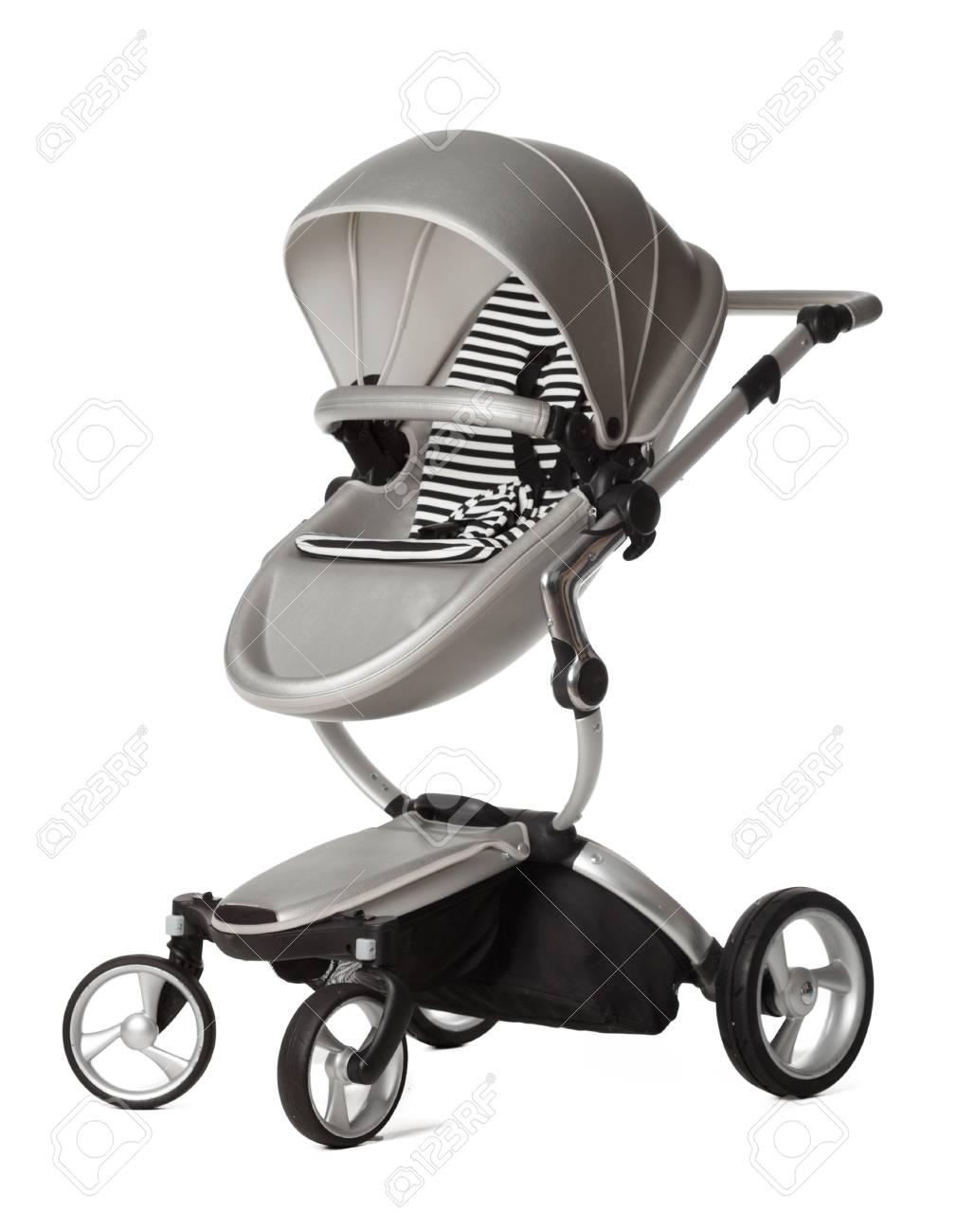Carro de bebé aislado en un fondo blanco