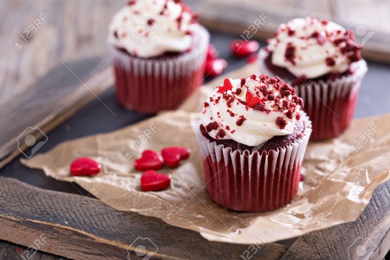 Red Velvet Cupcakes Mit Dekorationen Fur Valentinstag Lizenzfreie