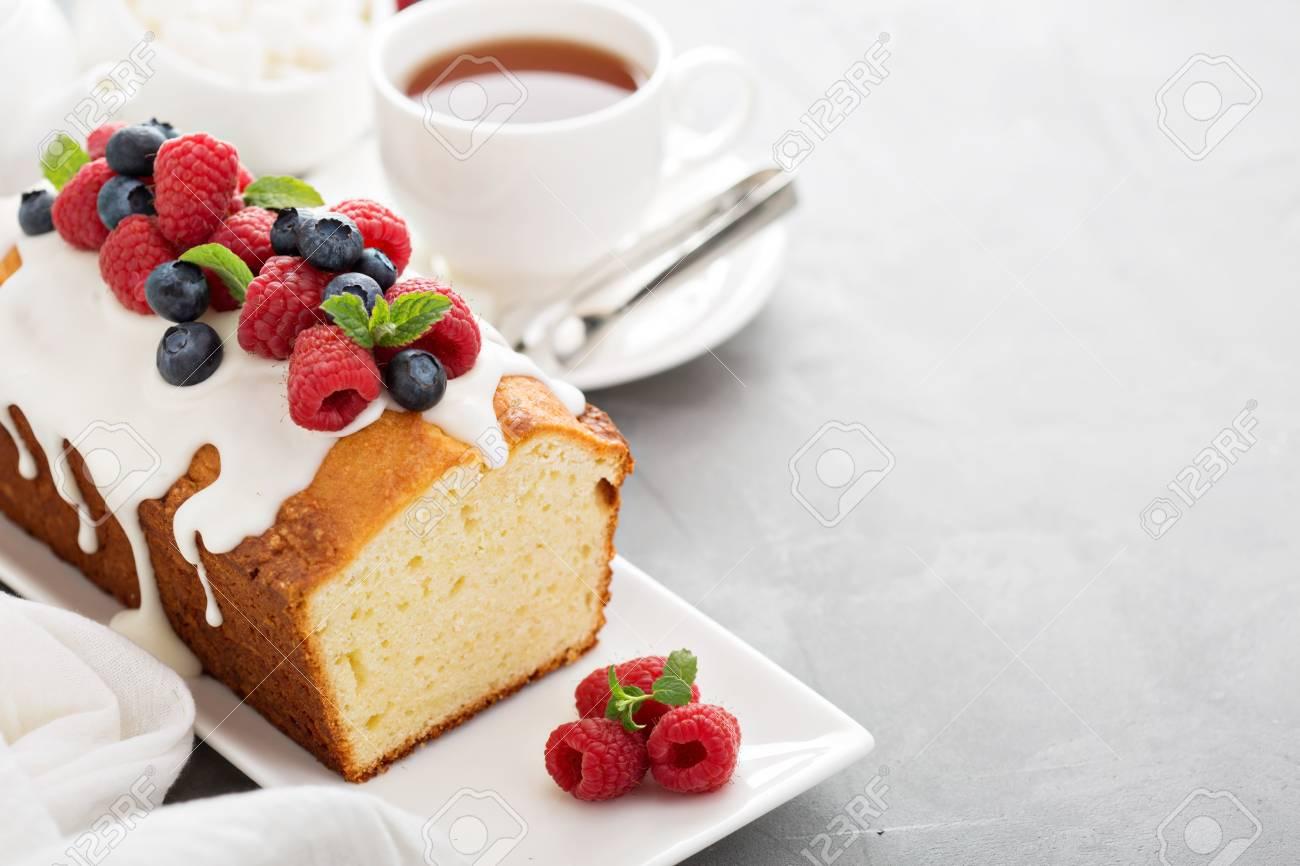 Joghurt Pfund Kuchen Zum Fruhstuck Mit Glasur Und Frischen Beeren