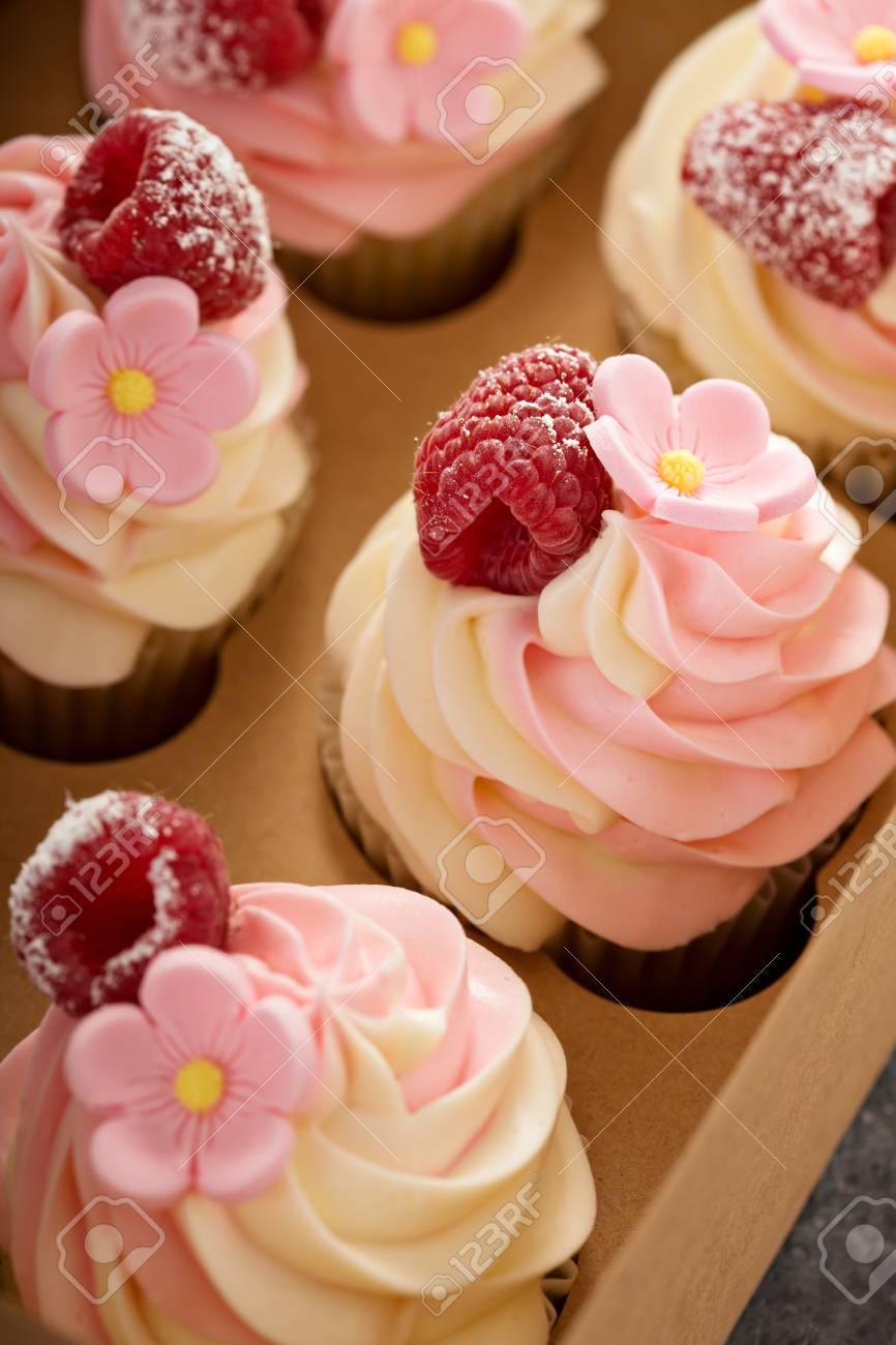 Cupcakes Vanille Et Framboise Rose Avec Fleur De Sucre Dans Une