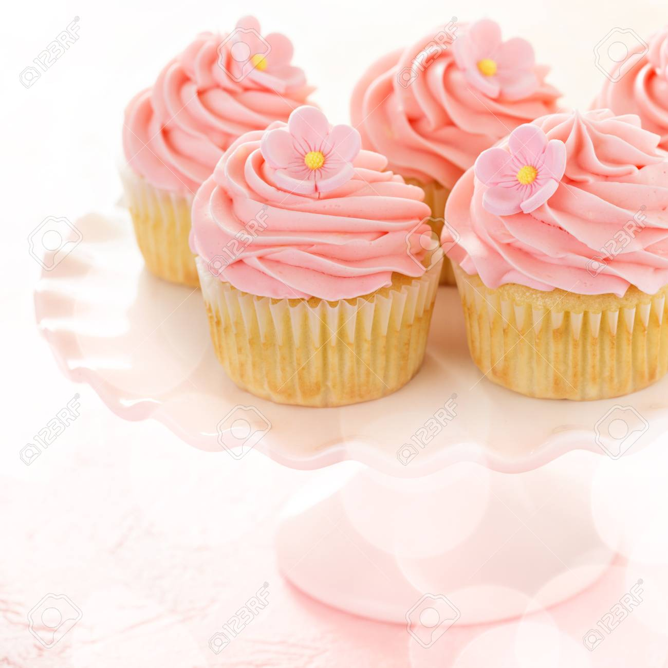 Vanille Cupcakes Mit Rosa Himbeer Zuckerguss Fur Ein Madchen