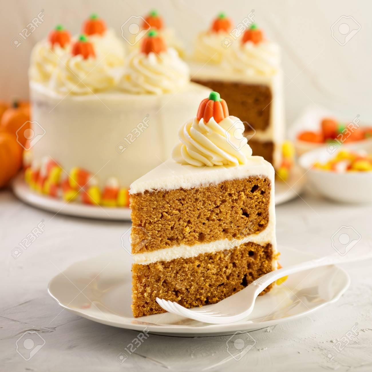 Kurbis Gewurz Uberlagerter Kuchen Mit Frischkase Topping Lizenzfreie